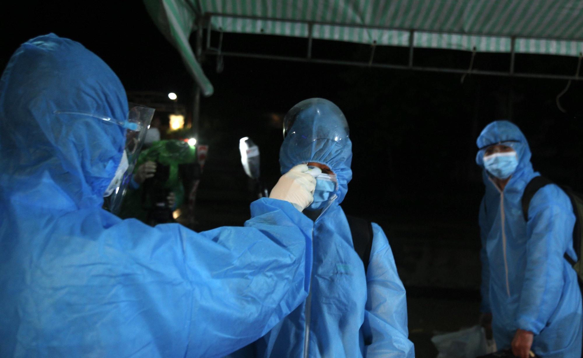 Xúc động đón hơn 800 công dân từ TP.HCM hồi hương về Hà Tĩnh - Ảnh 5.
