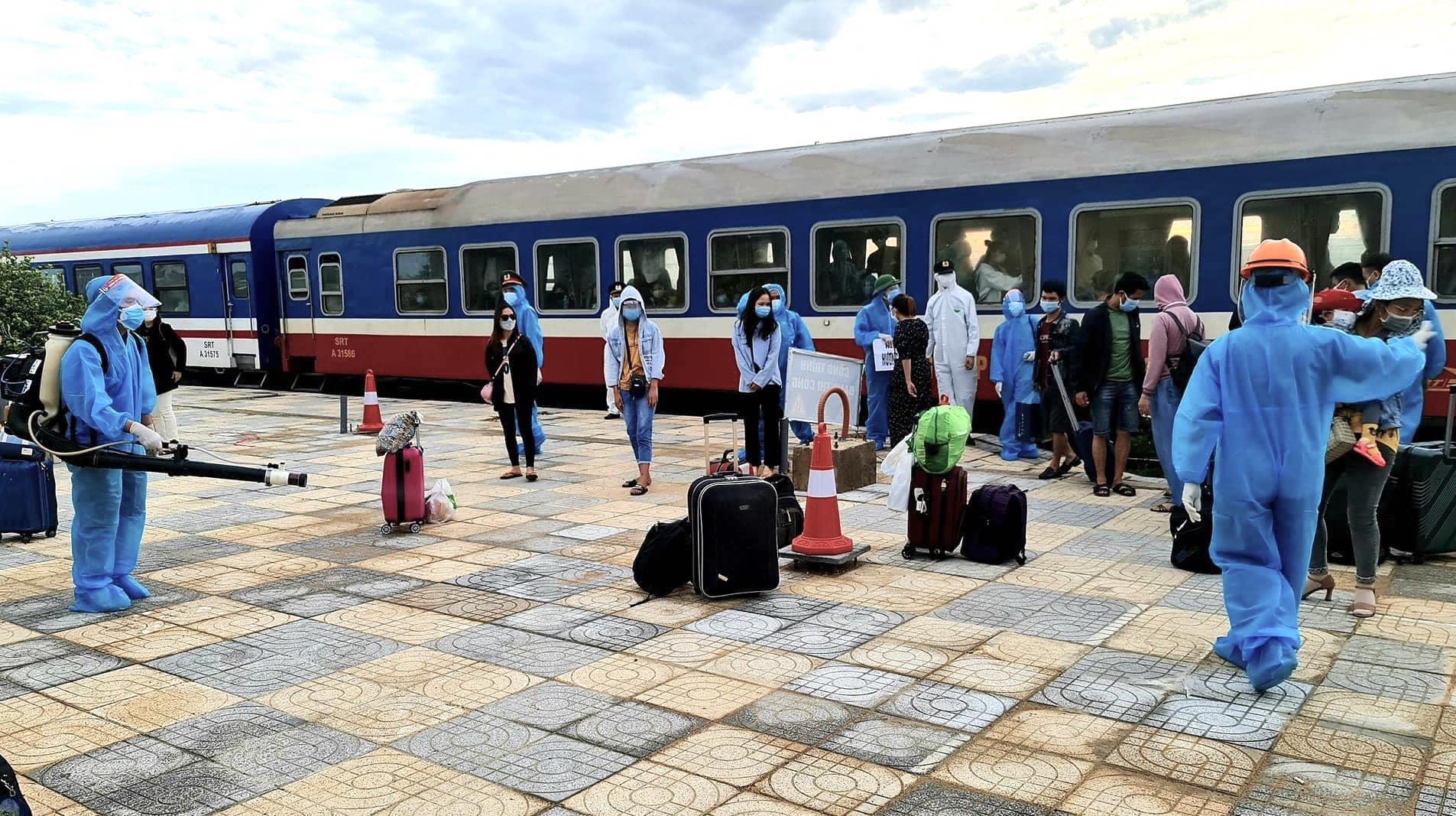 Xúc động đón hơn 800 công dân từ TP.HCM hồi hương về Hà Tĩnh - Ảnh 12.