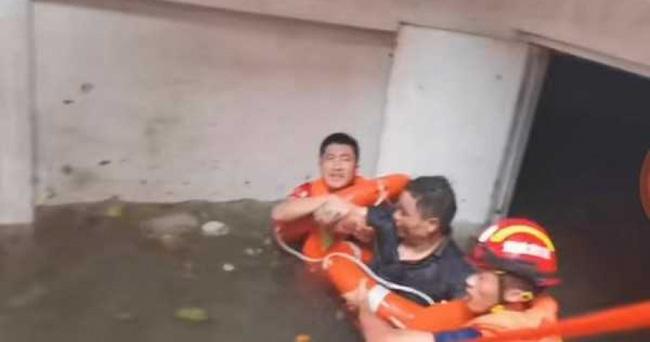 Uống nước bẩn 3 ngày 3 đêm vì bị mắc kẹt dưới hầm ngập nước sau trận lũ thảm khốc, người đàn ông đã hồi sinh ngoạn mục gây bão MXH - Ảnh 3.