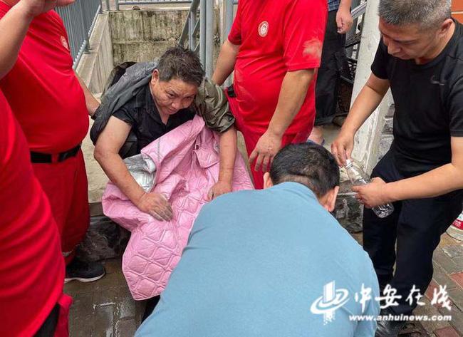 Uống nước bẩn 3 ngày 3 đêm vì bị mắc kẹt dưới hầm ngập nước sau trận lũ thảm khốc, người đàn ông đã hồi sinh ngoạn mục gây bão MXH - Ảnh 5.