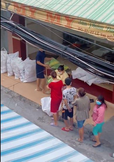 Clip quay lén 28s gây sốt: Hành tung bí ẩn của phụ nữ áo đen khi dân xóm nghèo nhận gạo từ thiện - Ảnh 2.