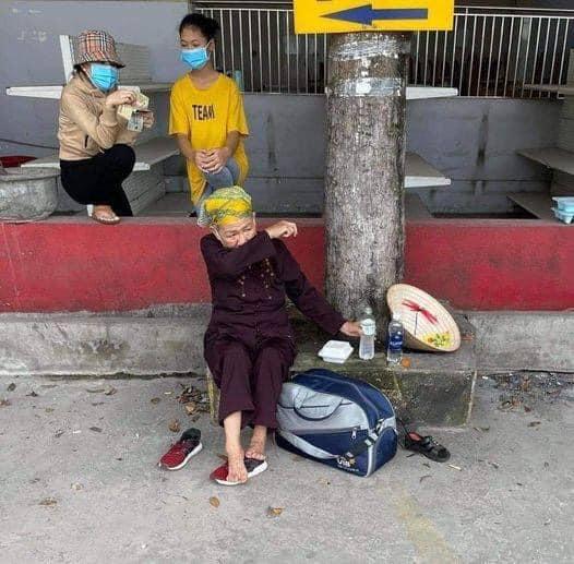 Cụ bà đi bộ từ TP.HCM về Nghệ An bật khóc ở chốt kiểm soát khi đi được 2 ngày: Làm sao về được nhà - Ảnh 1.