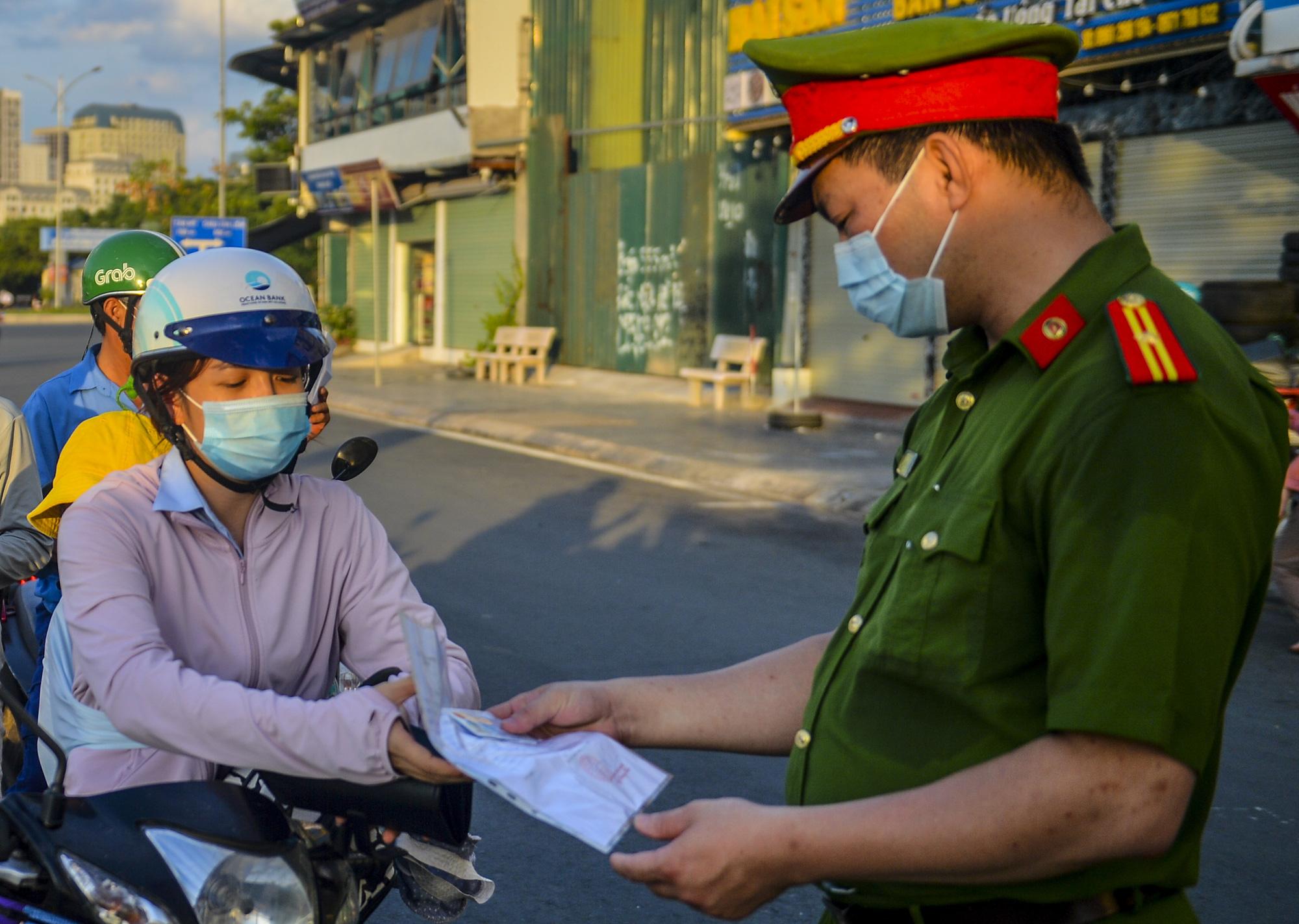 Hà Nội: Người dân muốn ra, vào làng phải khai báo rõ ở nhà số bao nhiêu, ngõ nào? - Ảnh 4.