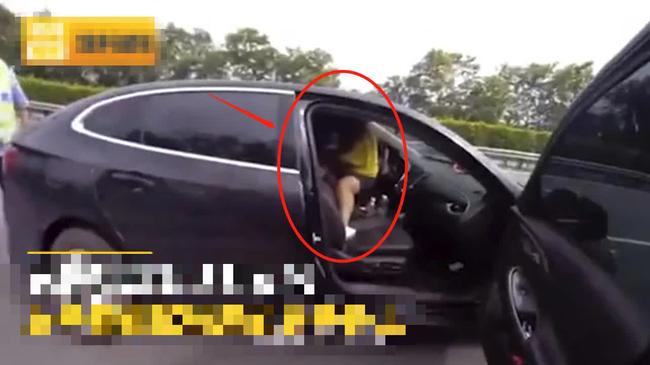 Kiểm tra chiếc ô tô phanh gấp trên cao tốc, cảnh sát vừa mở cửa liền đứng hình trước cảnh bên trong - Ảnh 1.