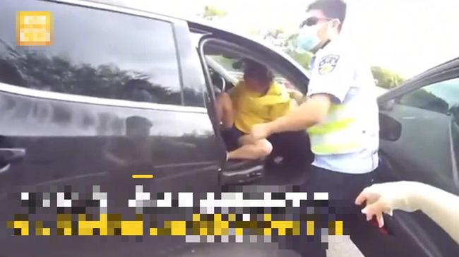 Kiểm tra chiếc ô tô phanh gấp trên cao tốc, cảnh sát vừa mở cửa liền đứng hình trước cảnh bên trong - Ảnh 2.
