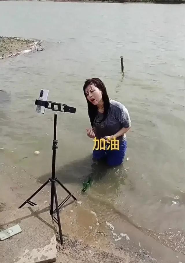 Lăn lê trong hồ nước cạn để livestream giả vờ đang ở vùng mưa lũ, nhóm truyền thông bất lương nhận đủ gạch đá từ cư dân mạng - Ảnh 2.