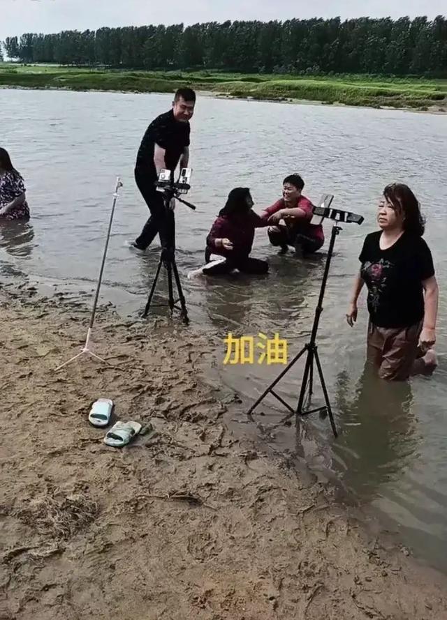 Lăn lê trong hồ nước cạn để livestream giả vờ đang ở vùng mưa lũ, nhóm truyền thông bất lương nhận đủ gạch đá từ cư dân mạng - Ảnh 3.