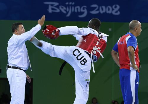 Bê bối chấn động Olympic: Võ sĩ Cuba đá vào mặt trọng tài sau khi bị xử thua - Ảnh 2.
