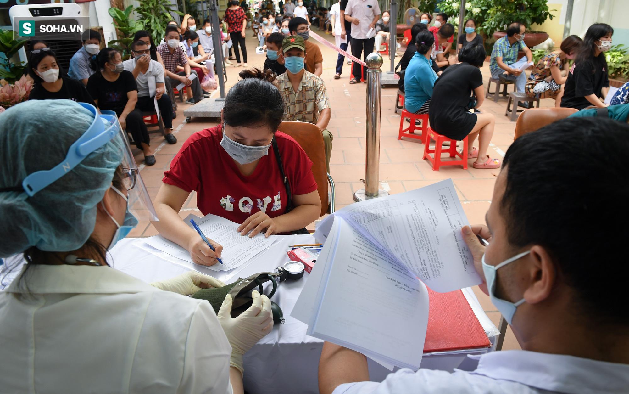 Hà Nội bắt đầu tiêm vaccine Covid-19 trên diện rộng - Ảnh 1.