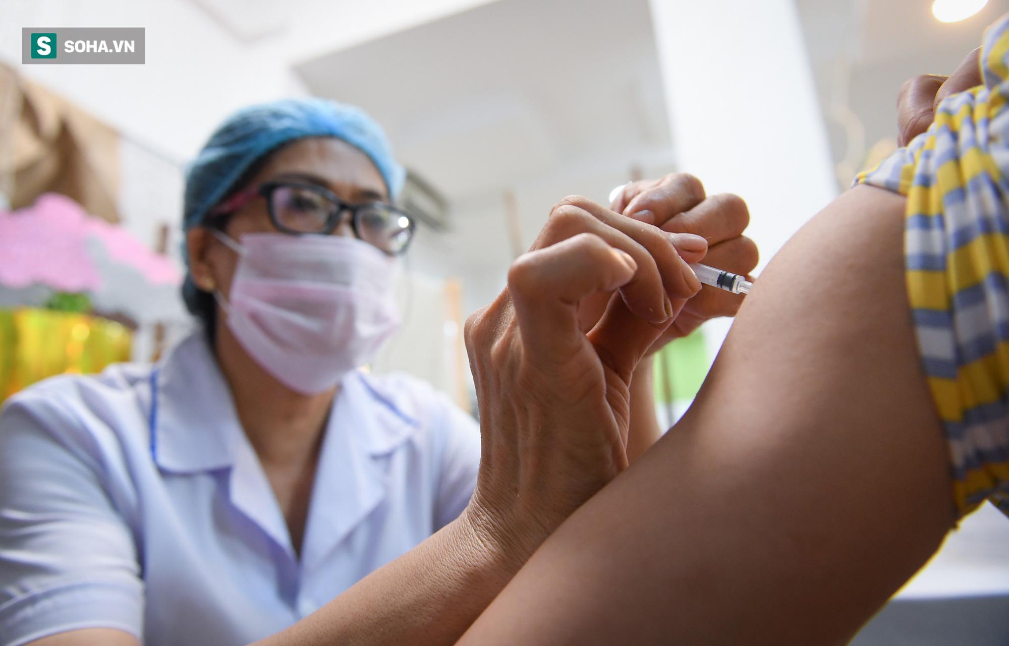 Hà Nội bắt đầu tiêm vaccine Covid-19 trên diện rộng - Ảnh 5.