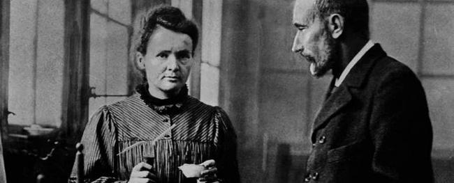 Ngôi mộ kỳ lạ của Marie Curie: Quan tài được lót lớp chì dày 2cm, bất kỳ ai đến thăm cũng phải mặc đồ bảo hộ - Ảnh 1.