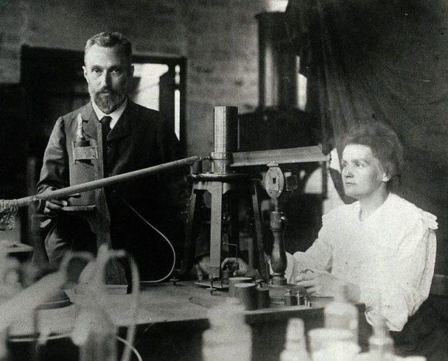 Ngôi mộ kỳ lạ của Marie Curie: Quan tài được lót lớp chì dày 2cm, bất kỳ ai đến thăm cũng phải mặc đồ bảo hộ - Ảnh 2.