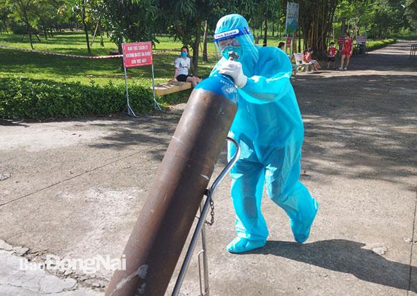 Giao công an làm rõ việc thanh niên không đeo khẩu trang nhổ nước bọt ra thang máy ở Hà Nội; Chương Mỹ bác thông tin 786 người là F1, F2 của 1 ca COVID-19 - Ảnh 1.