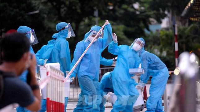 NÓNG: Hà Nội phong tỏa tạm thời Vincom Bà Triệu; Nữ cán bộ ưu ái tiêm vắc xin COVID-19 cho chồng và anh chị chồng ở quận Tây Hồ - Ảnh 2.