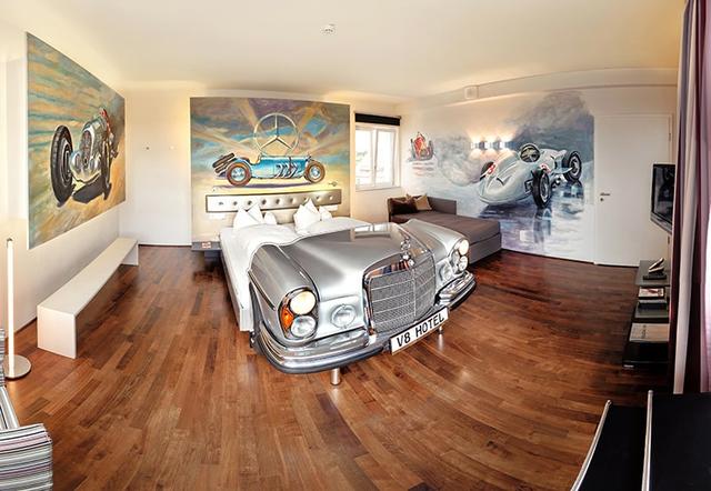 Khám phá V8 Hotel: Ngủ trên giường Mercedes-Benz, BMW, xung quanh toàn đồ cho hội cuồng xe - Ảnh 13.