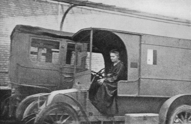Ngôi mộ kỳ lạ của Marie Curie: Quan tài được lót lớp chì dày 2cm, bất kỳ ai đến thăm cũng phải mặc đồ bảo hộ - Ảnh 3.
