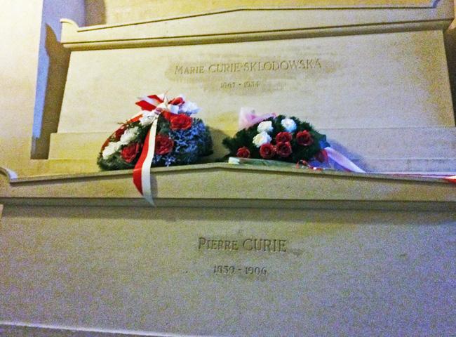 Ngôi mộ kỳ lạ của Marie Curie: Quan tài được lót lớp chì dày 2cm, bất kỳ ai đến thăm cũng phải mặc đồ bảo hộ - Ảnh 4.