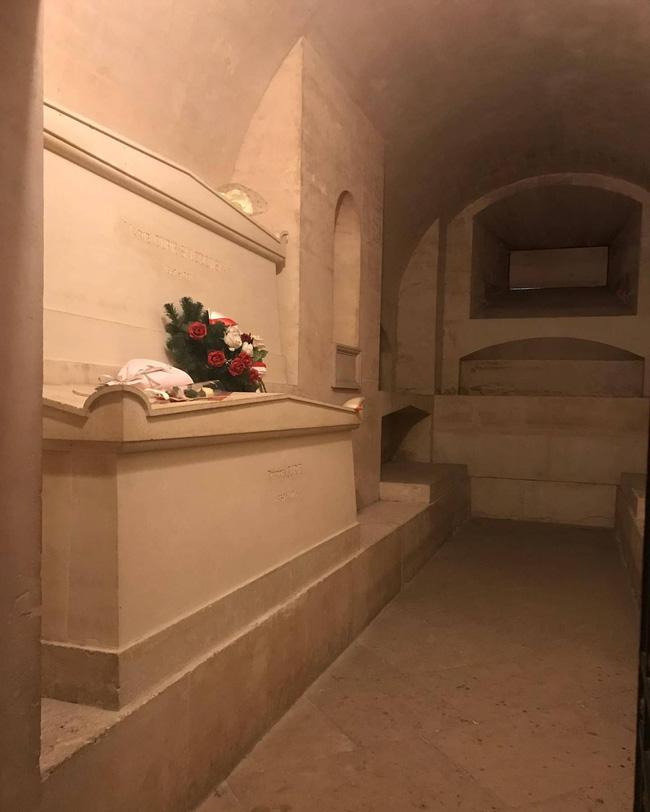 Ngôi mộ kỳ lạ của Marie Curie: Quan tài được lót lớp chì dày 2cm, bất kỳ ai đến thăm cũng phải mặc đồ bảo hộ - Ảnh 5.