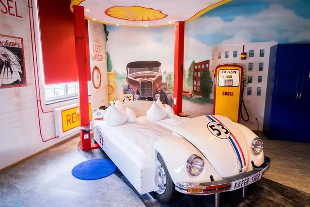 Khám phá V8 Hotel: Ngủ trên giường Mercedes-Benz, BMW, xung quanh toàn đồ cho hội cuồng xe - Ảnh 9.