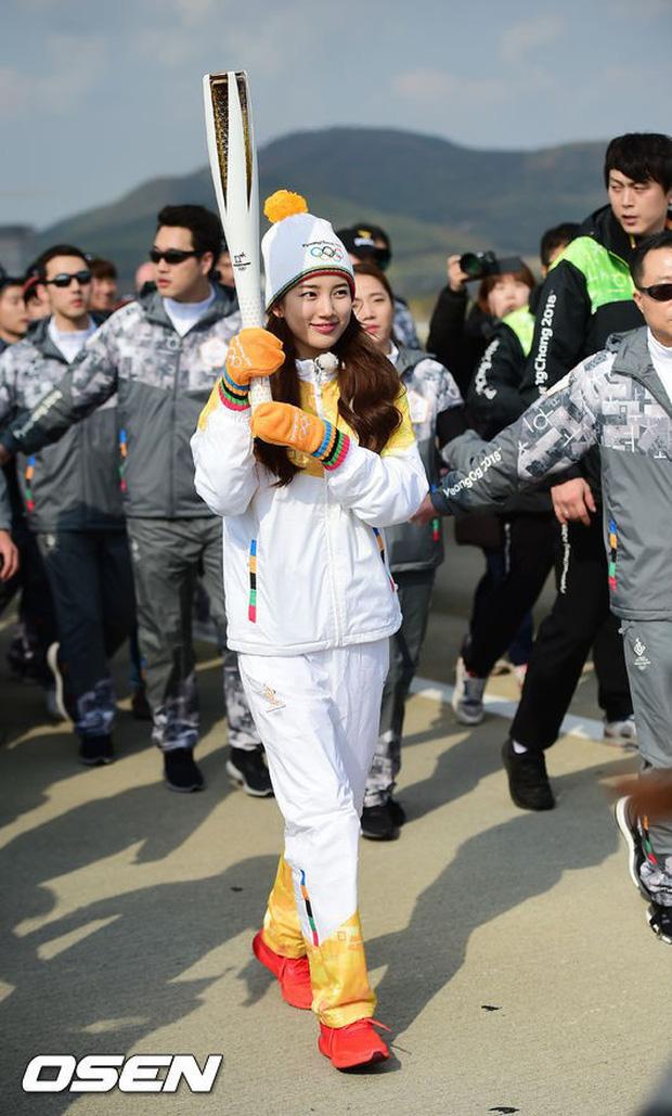 1 nữ thần xứ Hàn từng náo loạn lễ rước đuốc Olympic 2018: Đẹp ngây ngất giữa đoàn diễu hành, chấp ống kính phóng viên zoom sát - Ảnh 1.
