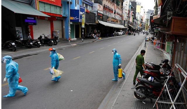 Chuyên gia nói gì về chiến lược vaccine của Việt Nam và việc phát tiền mặt cho người dân? - Ảnh 1.