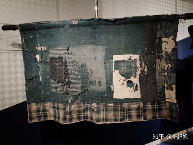 Thấy tấm vải cũ nát treo ở góc bếp, chuyên gia kinh ngạc hỏi chủ nhà: Biết đây là hình của ai không? - Ảnh 1.