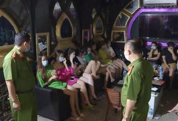 Hoa khôi khoe tiêm vaccine COVID-19 nhờ ông ngoại bị phạt 12,5 triệu đồng. 30 khách hát karaoke bị phạt 60 triệu, cách ly tại chỗ - Ảnh 1.