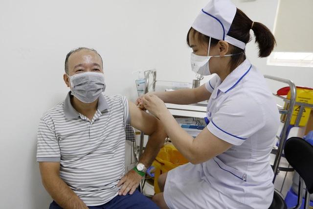Chuyên gia nói gì về chiến lược vaccine của Việt Nam và việc phát tiền mặt cho người dân? - Ảnh 3.