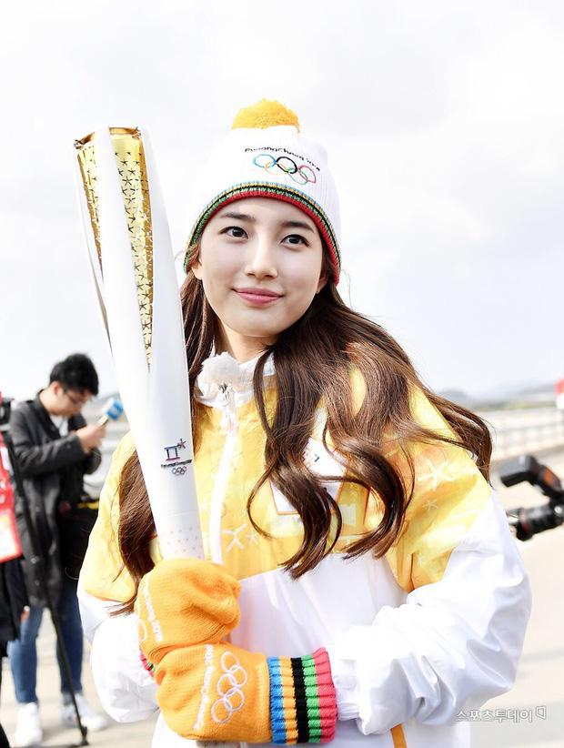 1 nữ thần xứ Hàn từng náo loạn lễ rước đuốc Olympic 2018: Đẹp ngây ngất giữa đoàn diễu hành, chấp ống kính phóng viên zoom sát - Ảnh 4.