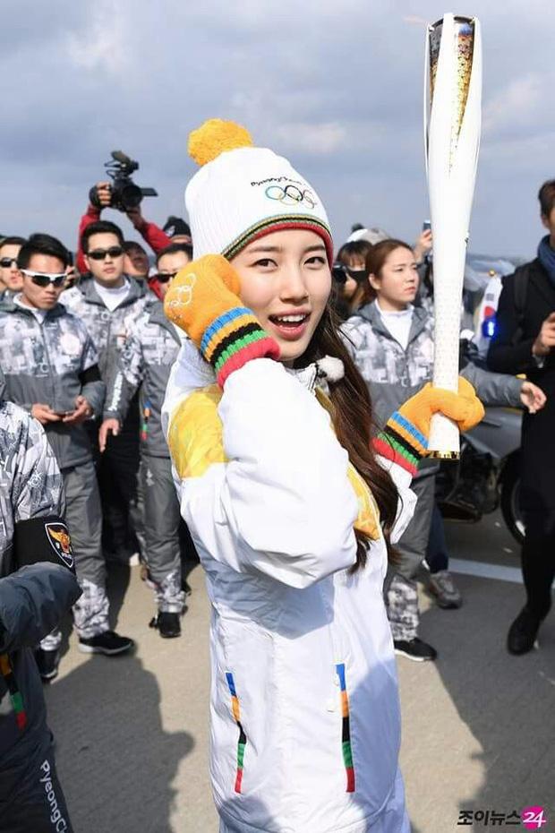 1 nữ thần xứ Hàn từng náo loạn lễ rước đuốc Olympic 2018: Đẹp ngây ngất giữa đoàn diễu hành, chấp ống kính phóng viên zoom sát - Ảnh 5.