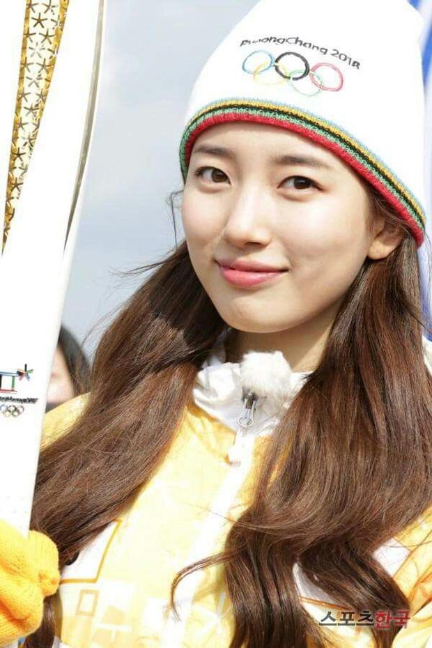 1 nữ thần xứ Hàn từng náo loạn lễ rước đuốc Olympic 2018: Đẹp ngây ngất giữa đoàn diễu hành, chấp ống kính phóng viên zoom sát - Ảnh 6.