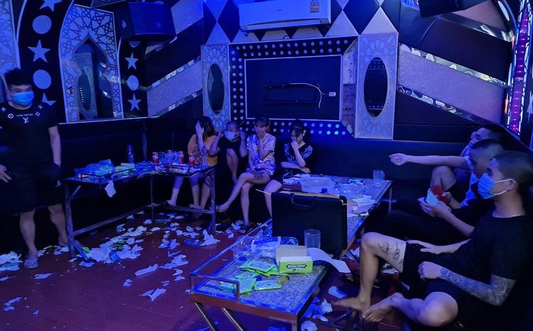 """Chủ quán karaoke ở Vĩnh Phúc rủ nhóm bạn """"bay lắc"""" giữa mùa dịch, công an kiểm tra liền đóng cửa cố thủ"""