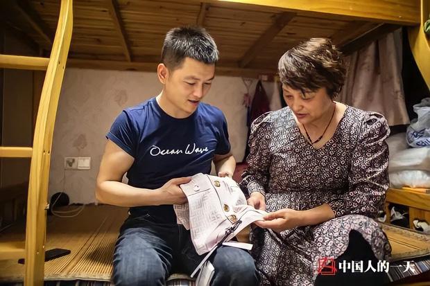 Từ con trai cưng nằm nhà ăn bám mẹ, đến thần đồng may vá nức tiếng xa gần giúp hồi sinh ngành nghề sắp tuyệt chủng ở Trung Quốc - Ảnh 2.