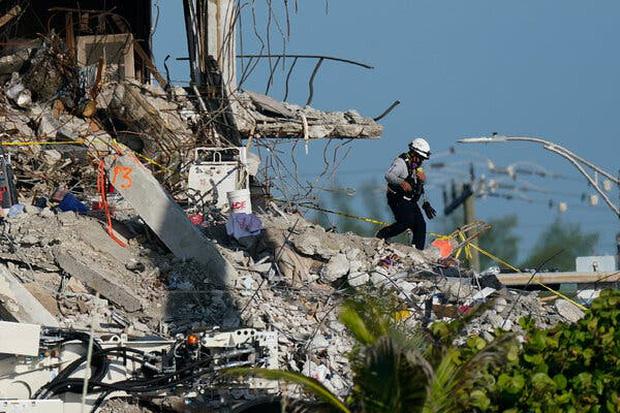 Vụ sập chung cư Mỹ: Hơn 1 tuần tìm kiếm các nạn nhân, thi thể mới nhất khiến đội cứu hộ bật khóc nức nở - Ảnh 1.