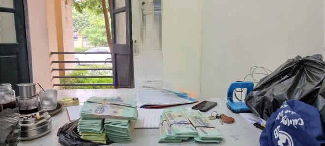 Hà Nội: Cụ bà 70 tuổi bị hai gã trai trẻ lừa gần 1 tỷ mua thuốc đông y, tặng căn hộ chung cư - Ảnh 2.