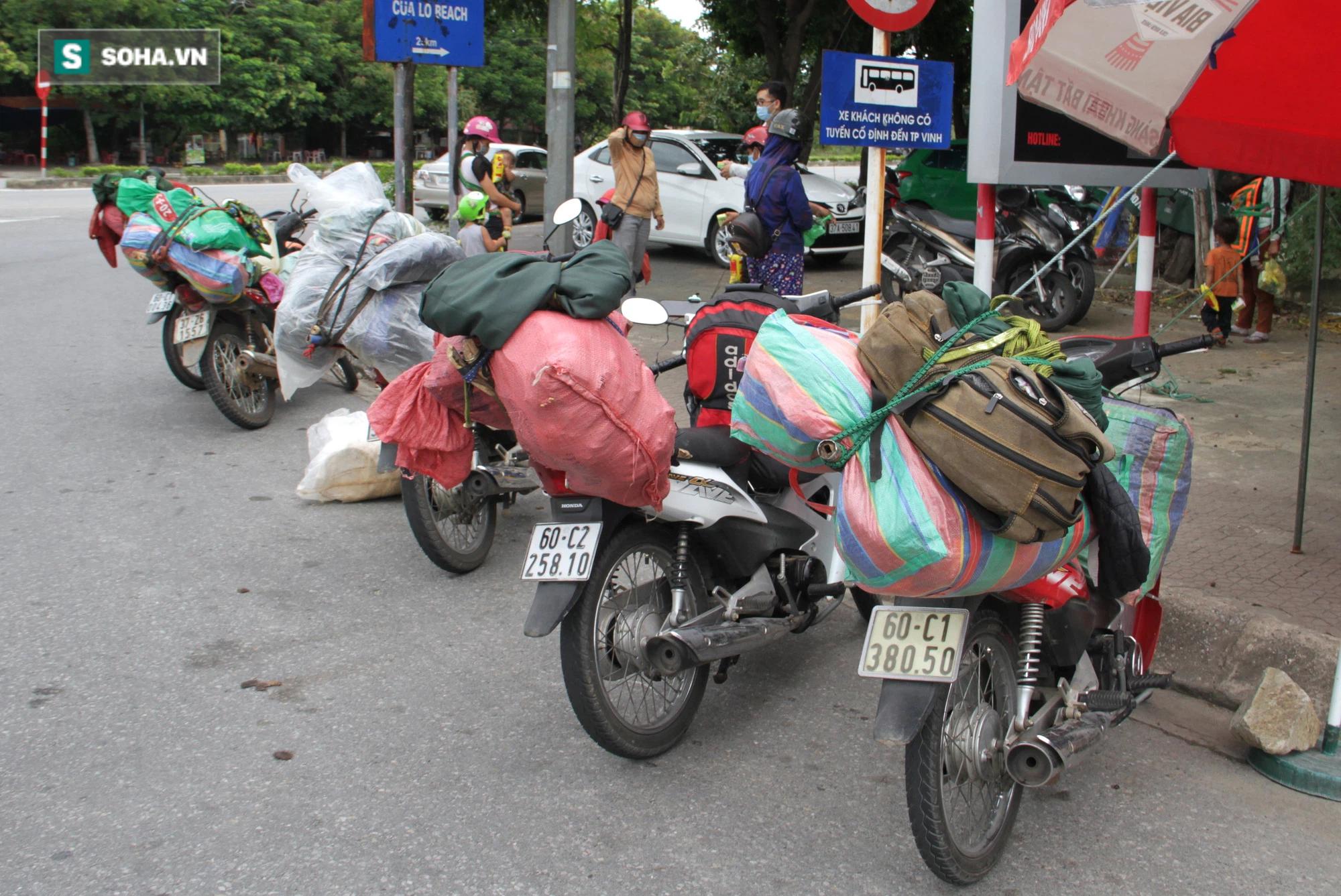 Chạy xe máy 4 ngày đêm từ miền Nam về quê trốn dịch: Lương cao nhưng dịch sợ quá nên em đưa vợ con về - Ảnh 2.