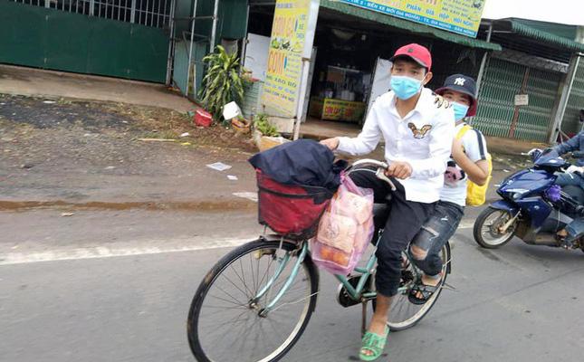 Hai chị em đi bộ từ Bình Phước về Kon Tum, trên đường được tặng xe máy:
