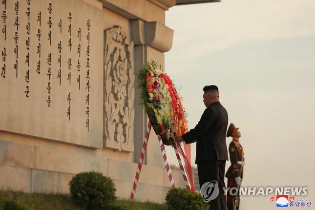 Báo phương Tây đồn ông Kim Jong-un tiếp tục giảm cân vì 'gầy đi trông thấy'  - Ảnh 2.