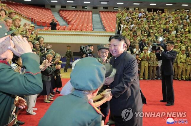 Báo phương Tây đồn ông Kim Jong-un tiếp tục giảm cân vì 'gầy đi trông thấy'  - Ảnh 4.