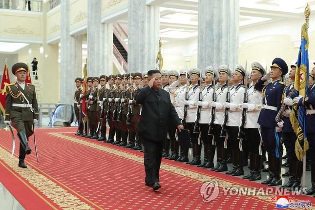 Báo phương Tây đồn ông Kim Jong-un tiếp tục giảm cân vì 'gầy đi trông thấy'  - Ảnh 5.