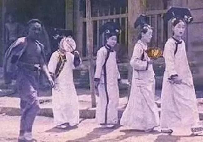 Trong ngày mưa, một tốp cung nữ bất ngờ xuất hiện trên tường Tử Cấm Thành rồi biến mất sau 5 giây, đây là hiện tượng gì? - Ảnh 1.