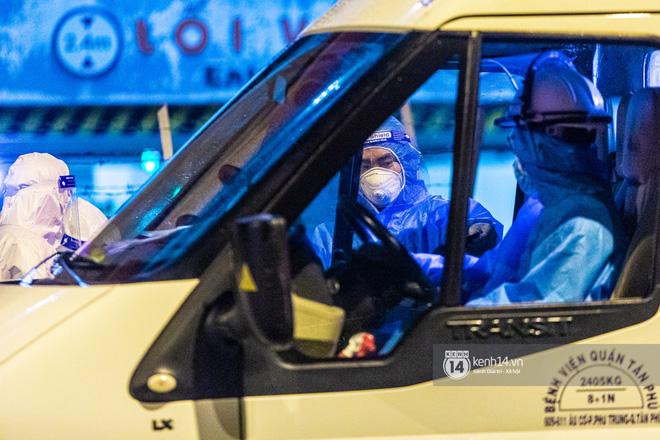 Chùm ảnh: Đoàn xe chở bệnh nhân Covid-19 nối đuôi nhau đến Bệnh viện dã chiến ở Sài Gòn trong cơn mưa đêm - Ảnh 11.