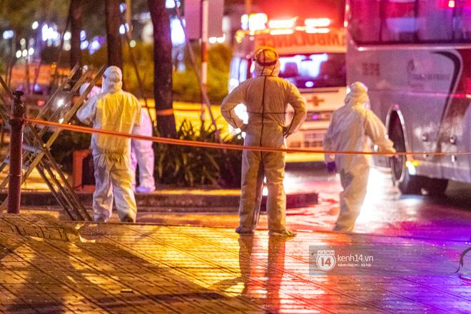 Chùm ảnh: Đoàn xe chở bệnh nhân Covid-19 nối đuôi nhau đến Bệnh viện dã chiến ở Sài Gòn trong cơn mưa đêm - Ảnh 19.