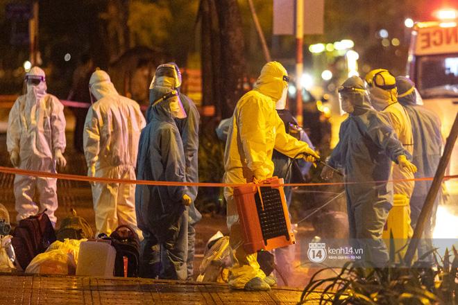 Chùm ảnh: Đoàn xe chở bệnh nhân Covid-19 nối đuôi nhau đến Bệnh viện dã chiến ở Sài Gòn trong cơn mưa đêm - Ảnh 20.