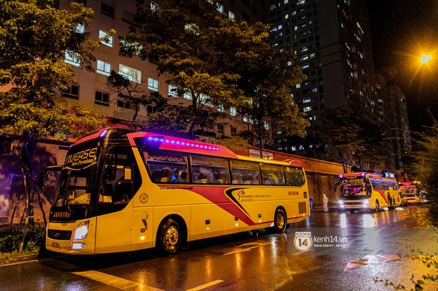 Chùm ảnh: Đoàn xe chở bệnh nhân Covid-19 nối đuôi nhau đến Bệnh viện dã chiến ở Sài Gòn trong cơn mưa đêm - Ảnh 4.
