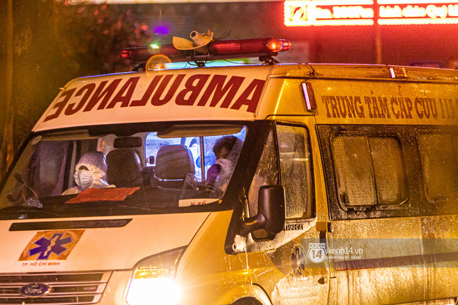 Chùm ảnh: Đoàn xe chở bệnh nhân Covid-19 nối đuôi nhau đến Bệnh viện dã chiến ở Sài Gòn trong cơn mưa đêm - Ảnh 5.