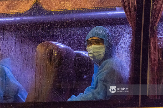 Chùm ảnh: Đoàn xe chở bệnh nhân Covid-19 nối đuôi nhau đến Bệnh viện dã chiến ở Sài Gòn trong cơn mưa đêm - Ảnh 9.