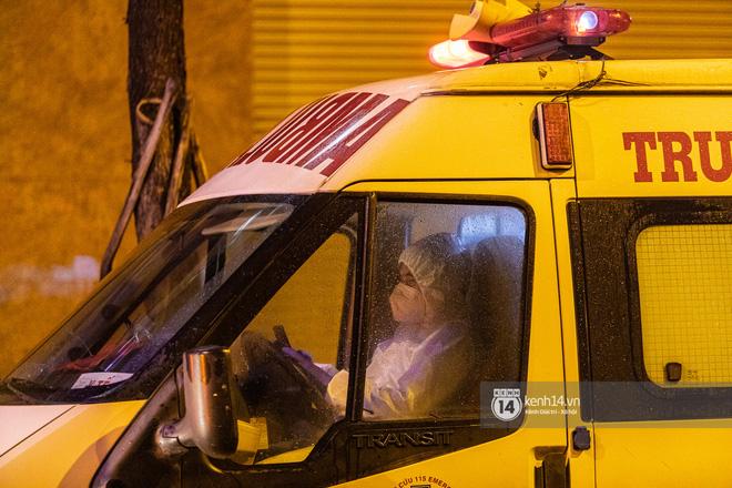 Chùm ảnh: Đoàn xe chở bệnh nhân Covid-19 nối đuôi nhau đến Bệnh viện dã chiến ở Sài Gòn trong cơn mưa đêm - Ảnh 10.