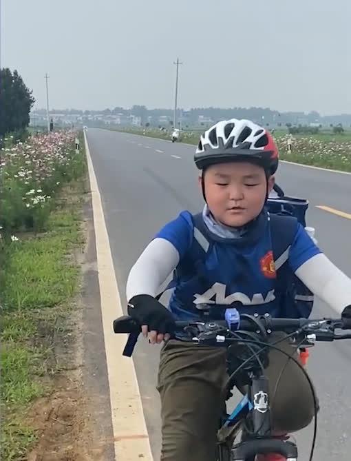 Bố bắt con trai 8 tuổi đạp xe 150 cây số trong 3 ngày để về nhà ngoại, nhìn hành trình của hai bố con mà ai cũng nể - Ảnh 1.