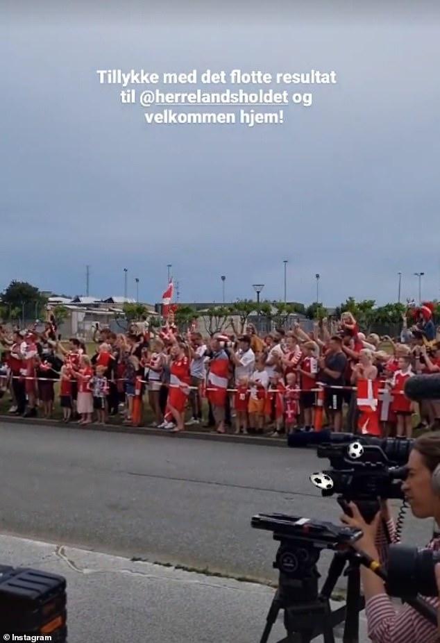 Fan nhuộm đỏ 2 bên đường, đón những người hùng Euro của tuyển Đan Mạch về nước - Ảnh 4.
